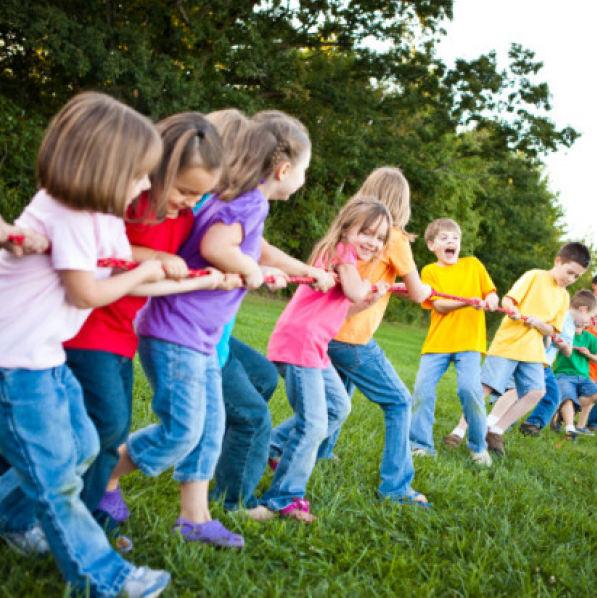 I 6 giochi di gruppo all 39 aperto per divertirsi in for Grandi bambini giocano a casa